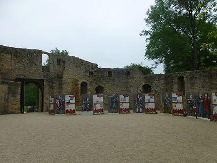 Panneaux cour du château de Crèvecœur-en-Auge