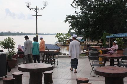 Au crépuscule, sur le port fluvial de Kota Bharu
