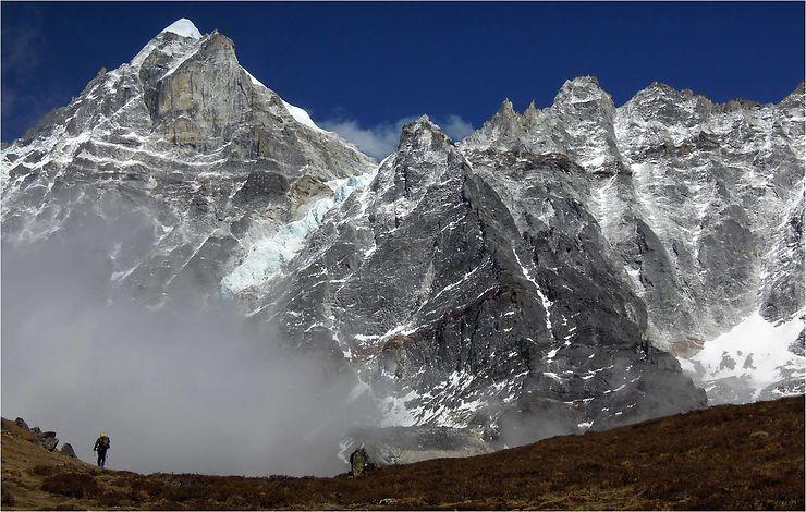 Tout petit devant les montagnes, Népal