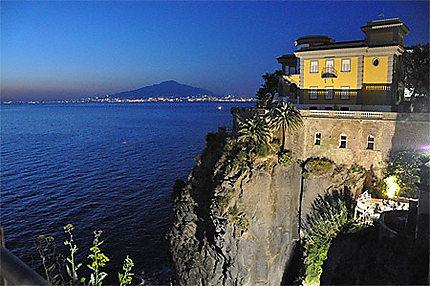 Naples et le Vésuve depuis Sorrento