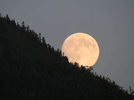 La lune dévalant la montagne à Marsoui