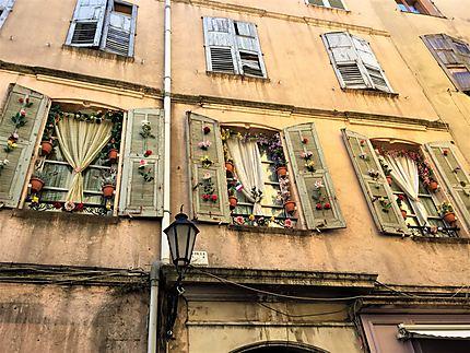 Fenêtres et volets fleuris à Grasse
