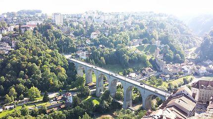 Quand la route enjambe la vallée à Fribourg