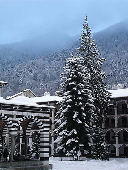 Le monastère dans les montagnes