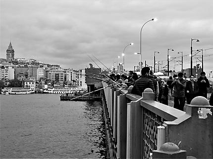 Pêcheurs stambouliottes sur le pont de Galata