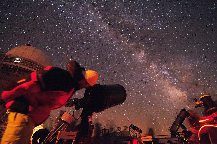 De nuit, un balcon sur le ciel