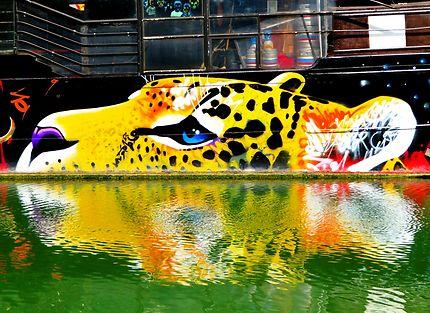Street art (Marko 93) sur péniche parisienne