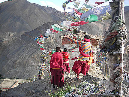 Jeunes moines et drapeaux de prière sous le vent