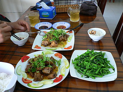 Travers de porc, poulet sauté et liseron d'eau