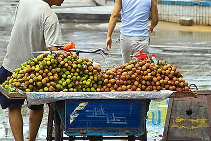 Plateau de lychees au marché de Jinding