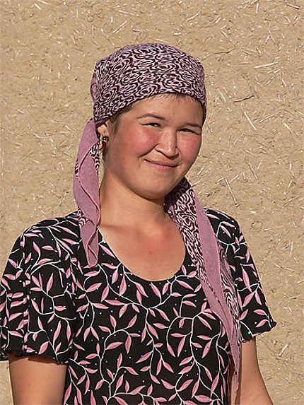 Jeune femme dans un village