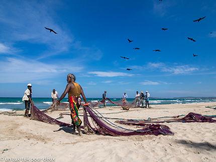 Pêcheurs sur la plage de Uppuveli