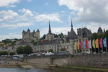 Hôtel de ville, église Saint-Pierre et château