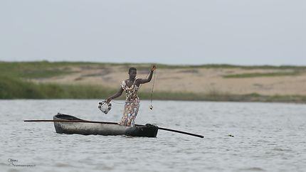 Béninoise à la pêche au crabe