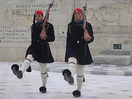 Relève de la garde nationale devant le tombeau du soldat inconnu