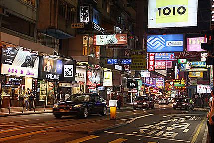 Rue de Kowloon de nuit
