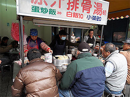 Déjeuner dans la rue