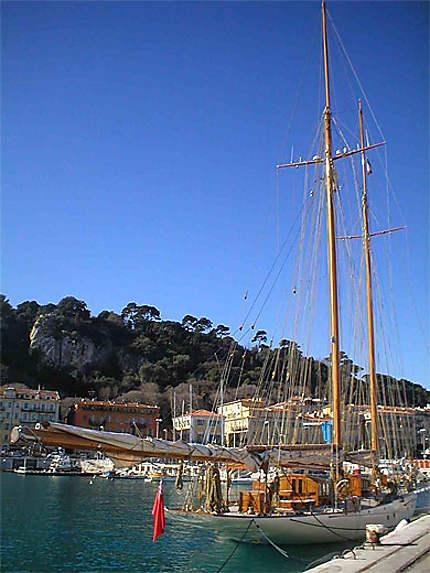 Un voilier sur le vieux port