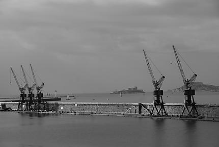 Les grues du port un matin d'automne