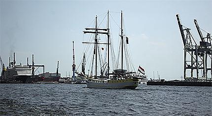 Un voilier dans le port de Hambourg