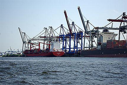 Un chantier de chargement de containers