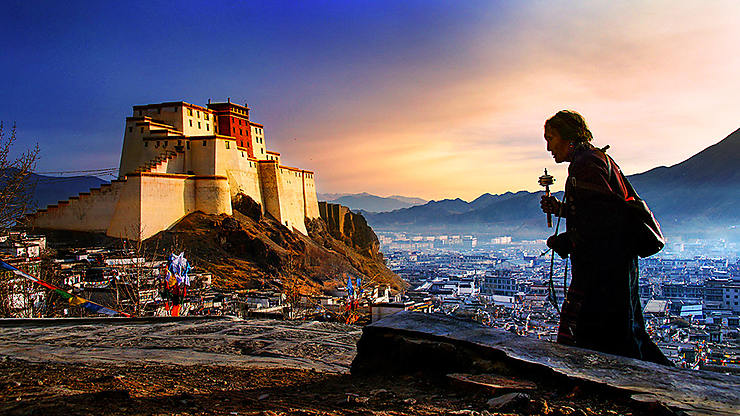 Pèlerin tibétain devant le palais de Shigatsé, Tibet