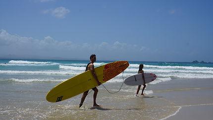 Surfeurs sur la Golden Coast en Australie