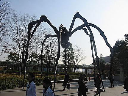 L'araignée Mori devant la Mori Tower