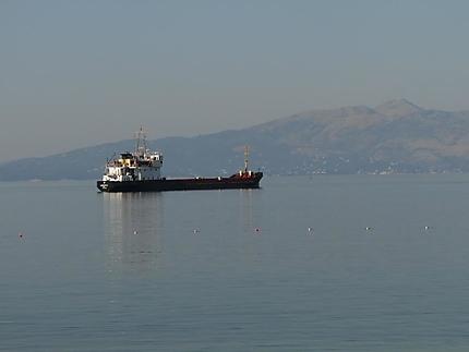 Bateau avec l'ile de Corfou en arrière plan