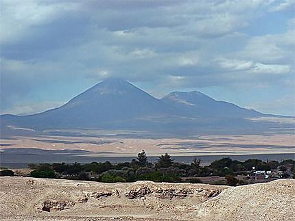 Le majestueux volcan Licancabur, dans l'Atacama