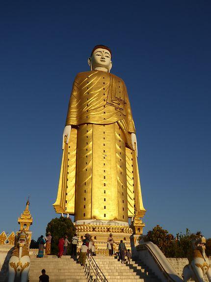 Le bouddha debout près de Monywa