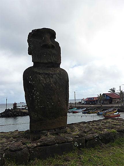 Moai devant le port