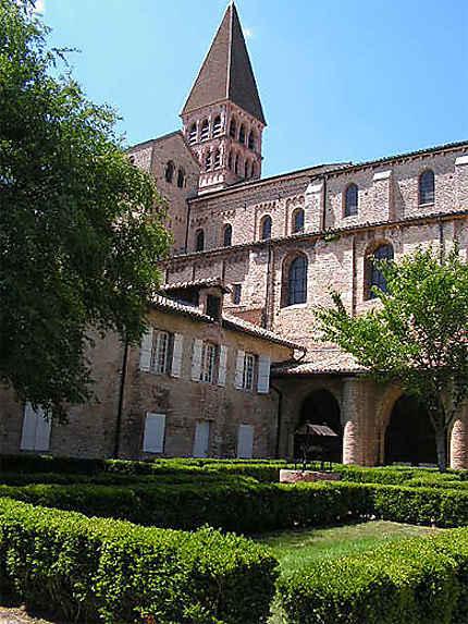 """Tournus Saône et Loire """"le cloître de l'abbaye Saint Philibert"""""""