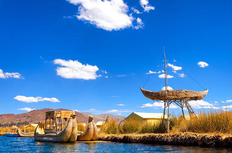 Barques et îles flottantes en roseau - Pérou