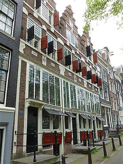 Trois maisons identiques