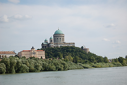 La Basilique d'Esztergom vue du Danube