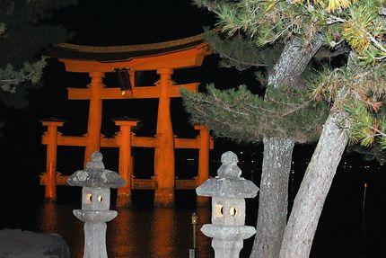 Tori de Miyajima de nuit, Japon