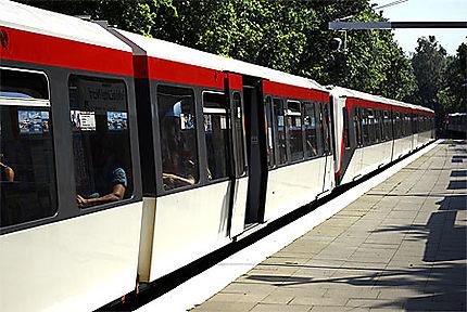 Un rame de métro rouge et blanche
