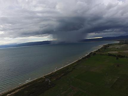 L'orage arrive sur le lac Poso