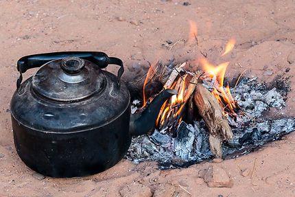 Tin Tabourak - Théière et feu pour se réchauffer