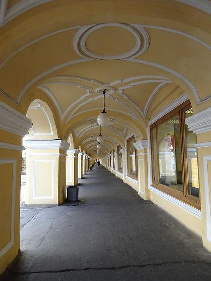 Sous les arcades jaunes