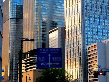 Le jour se lève sur Osaka