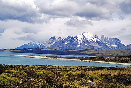 Lac au pied du Cerro Paine