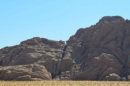 Dans le lointain, au Wadi Rum