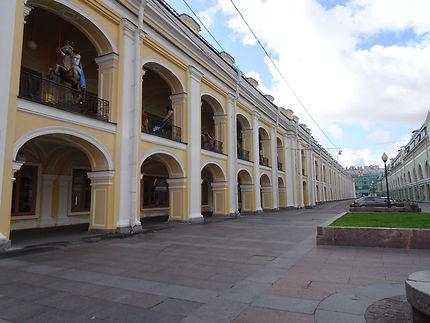 Très longue galerie commerciale Gostiny Dvor