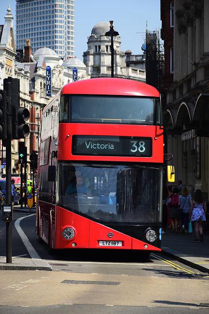 Autobus à impériale arrivant à Piccadilly Circus