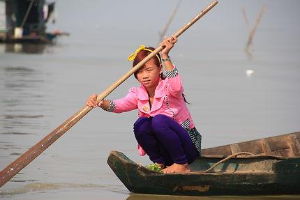 Jeune fille en déplacement sur le Tonlé Sap