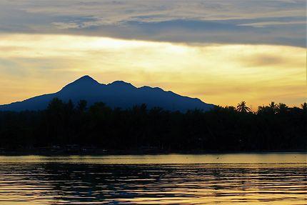 Lever de soleil sur le lac Taal