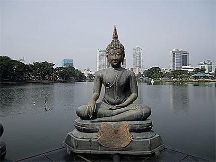 Un sympathique Bouddha sur le lac Beira à Colombo