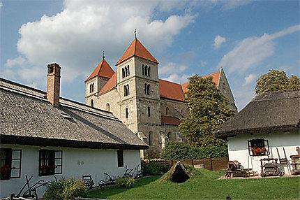 L'église d'Ocsa vue de l'écomusée